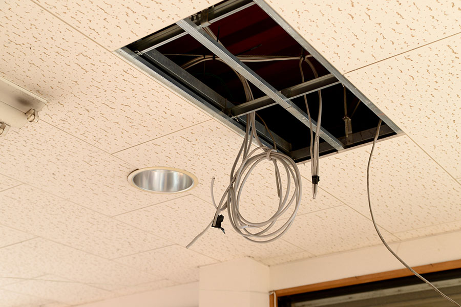 画像:内装工事に伴う照明移設とOAタップ工事